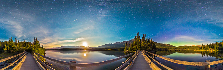 満ちていく月「Night sky panorama of Pyramid Lake in Jasper National Park, Canada.」:スマホ壁紙(18)