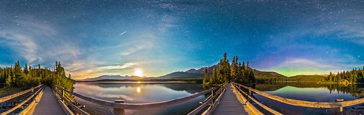 星空「Night sky panorama of Pyramid Lake in Jasper National Park, Canada.」:スマホ壁紙(7)