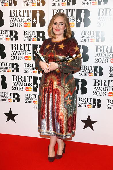 歌手 アデル「Brit Awards 2016 - Winners Room」:写真・画像(11)[壁紙.com]