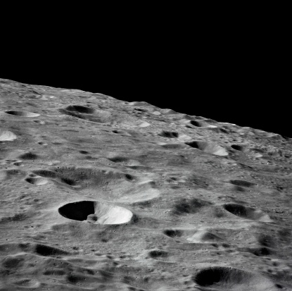 月「'(16 - 27 April 1972) - This lunar farside oblique view from the Apollo 16 spacecraft in lunar-orbit shows the Leonov Crater, just to the left and above the principal point of the photograph. Just beyond the horizon lies the Moscow Sea.'」:スマホ壁紙(9)