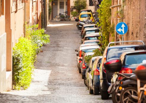 自転車・バイク「駐車の狭い通り」:スマホ壁紙(8)