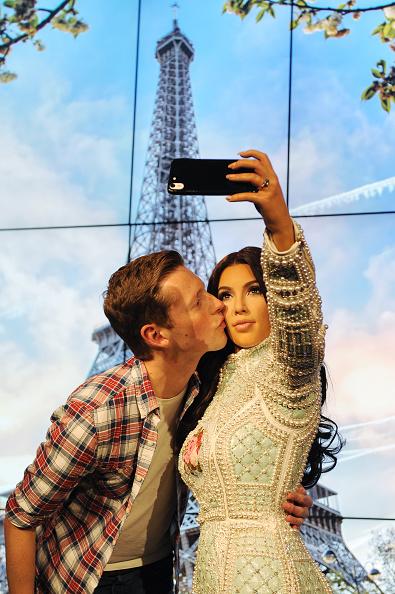 Alternative Pose「Madame Tussauds Unveil Kim Kardashian Selfie Taking Wax Figure」:写真・画像(2)[壁紙.com]