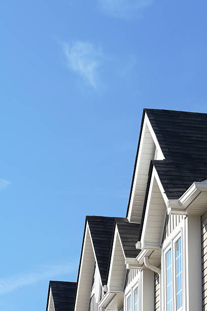 Row of roofs and eaves of homes with blue sky:スマホ壁紙(壁紙.com)
