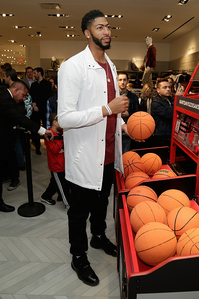 "Basketball player Anthony Davis「NBA All-Star Anthony Davis Celebrates his Latest ""Saks Fifth Avenue x Anthony Davis"" Collection at Saks Downtown Men's」:写真・画像(13)[壁紙.com]"