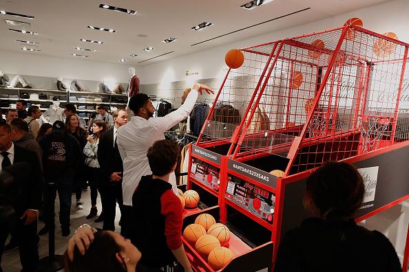 "Basketball player Anthony Davis「NBA All-Star Anthony Davis Celebrates his Latest ""Saks Fifth Avenue x Anthony Davis"" Collection at Saks Downtown Men's」:写真・画像(17)[壁紙.com]"
