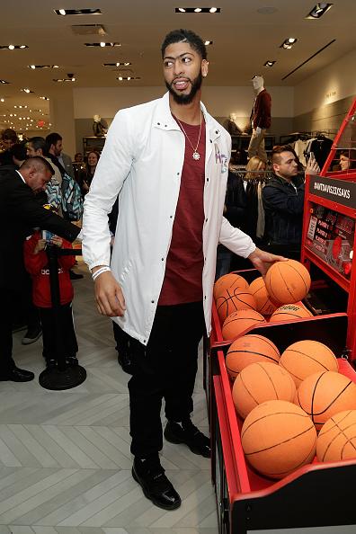 "Basketball player Anthony Davis「NBA All-Star Anthony Davis Celebrates his Latest ""Saks Fifth Avenue x Anthony Davis"" Collection at Saks Downtown Men's」:写真・画像(6)[壁紙.com]"