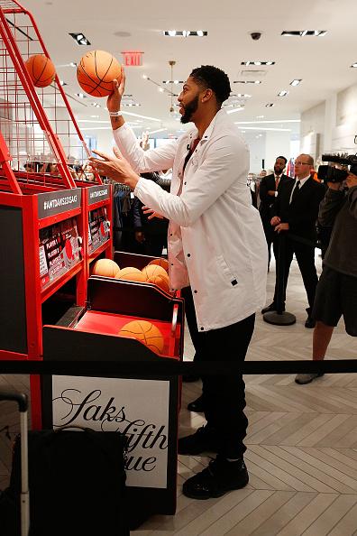 "Basketball player Anthony Davis「NBA All-Star Anthony Davis Celebrates his Latest ""Saks Fifth Avenue x Anthony Davis"" Collection at Saks Downtown Men's」:写真・画像(19)[壁紙.com]"