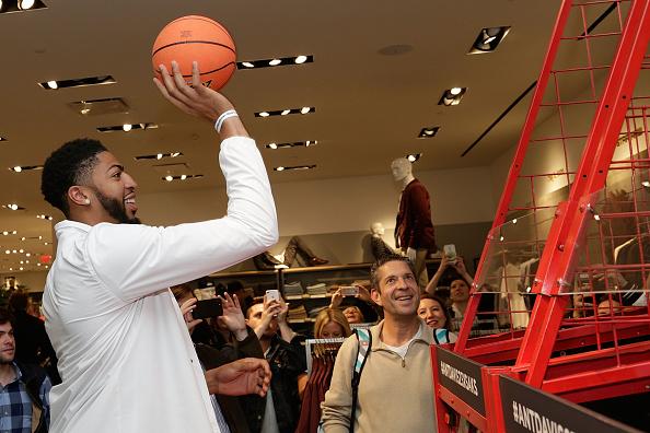 "Basketball player Anthony Davis「NBA All-Star Anthony Davis Celebrates his Latest ""Saks Fifth Avenue x Anthony Davis"" Collection at Saks Downtown Men's」:写真・画像(7)[壁紙.com]"