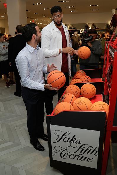 "Basketball player Anthony Davis「NBA All-Star Anthony Davis Celebrates his Latest ""Saks Fifth Avenue x Anthony Davis"" Collection at Saks Downtown Men's」:写真・画像(14)[壁紙.com]"