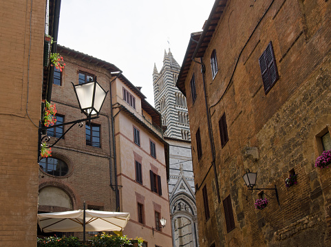 Duomo Di Siena「Italy, Siena, View of street in old town with Duomo di Siena in background」:スマホ壁紙(13)