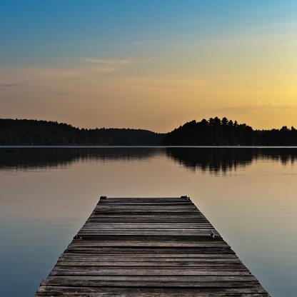 キラキラ「湖のシーンとイーリー、境界水カヌー区域、米国ミネソタ州、日の出にボートのドック」:スマホ壁紙(10)