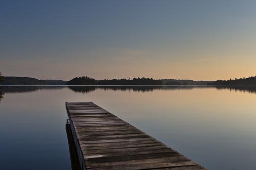 キラキラ「湖のシーンとイーリー、境界水カヌー区域、米国ミネソタ州、日の出にボートのドック」:スマホ壁紙(9)
