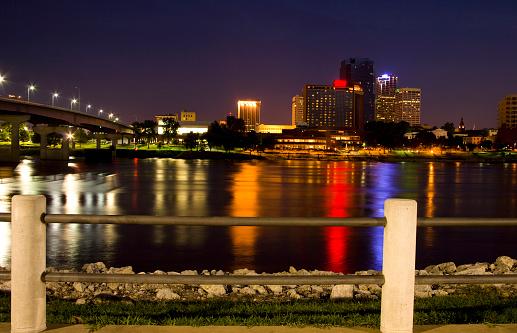 アーカンソー川「スカイラインのリトルロック、アーカンソーます。高層ビル街の夜景 川反射します。」:スマホ壁紙(5)