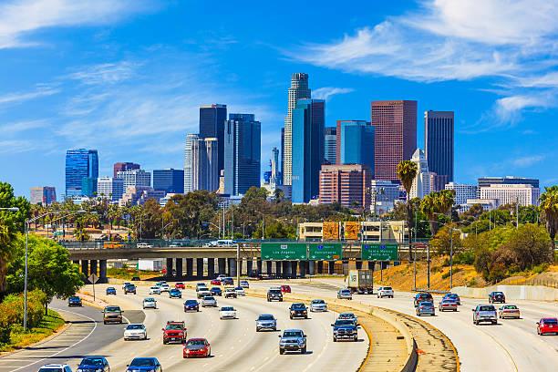 Skyline of Los Angeles with freeway traffic,CA:スマホ壁紙(壁紙.com)