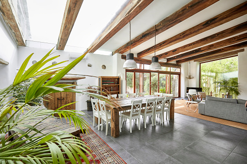 Roof Beam「Spacious dining area in a bright refurbish Mediterranean farmhouse」:スマホ壁紙(6)