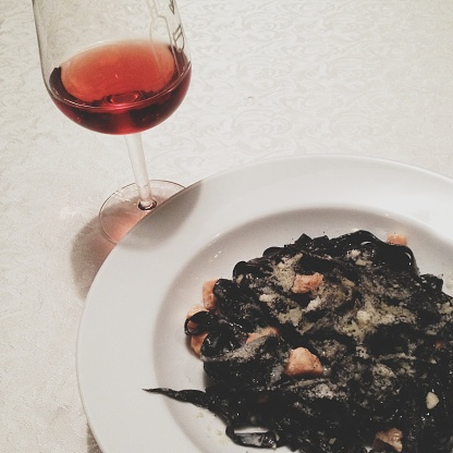 Liquor「Squid ink pasta with salmon and a glass of red wine」:スマホ壁紙(15)