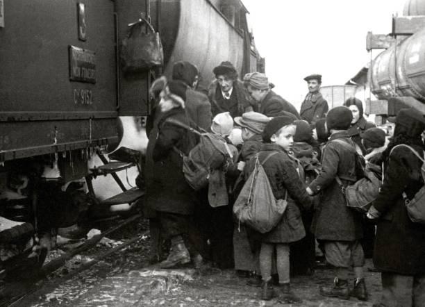 Children being transported to Switzerland:ニュース(壁紙.com)