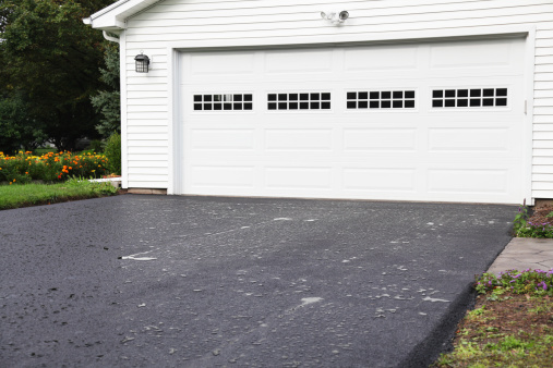 Cooking Oil「Rain Puddles on New Asphalt Driveway at Residential Home」:スマホ壁紙(9)