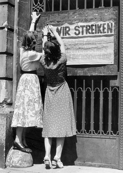 Employment And Labor「Schoolgirl Strike」:写真・画像(2)[壁紙.com]