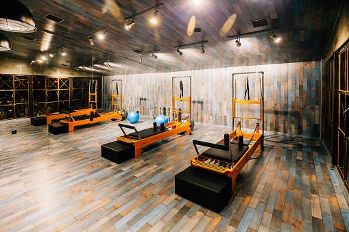 Health Spa「Pilates room in health club」:スマホ壁紙(5)