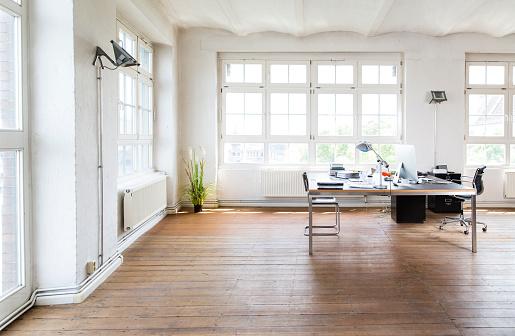 Parquet Floor「Desk and chair in bright office」:スマホ壁紙(18)