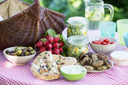 Picnic「picnic food on table with basket」:スマホ壁紙(6)