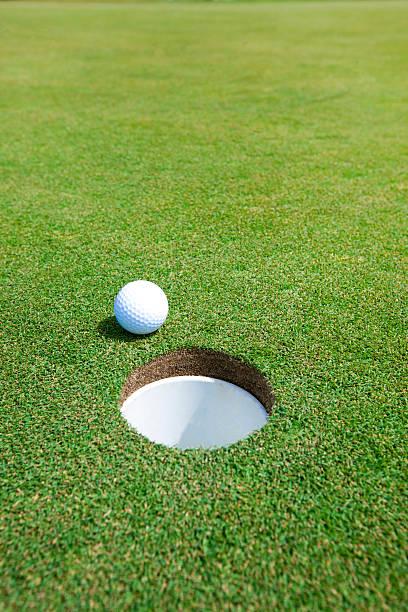 Simple picture of golf ball:スマホ壁紙(壁紙.com)