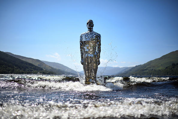 Tourism「Loch's 'Mirror Man' Rises For The Summer」:写真・画像(1)[壁紙.com]