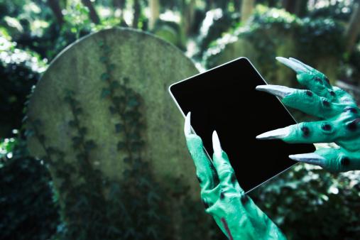 ゾンビ「怖いハロウィーンのモンスターデジタルタブレットを使用して手の墓地」:スマホ壁紙(9)