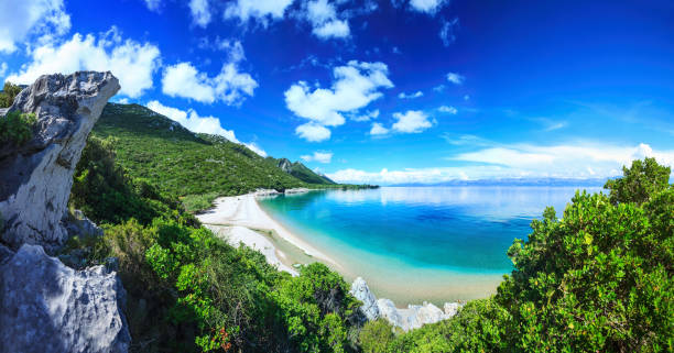 Beach, crystal clear water in Adriatic Sea and Green Mountains:スマホ壁紙(壁紙.com)