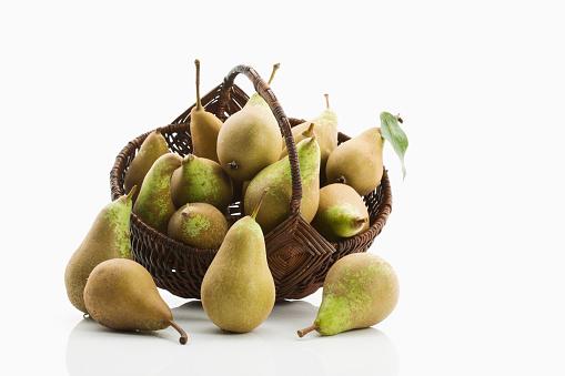 白梨「Wickerbasket of organic pears in front of white background」:スマホ壁紙(8)