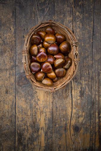 栗「Wickerbasket of sweet chestnuts on dark wood」:スマホ壁紙(10)