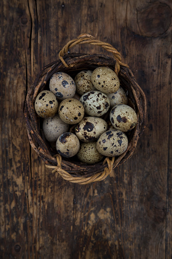 Quail Egg「Wickerbasket of quail eggs on dark wood」:スマホ壁紙(13)