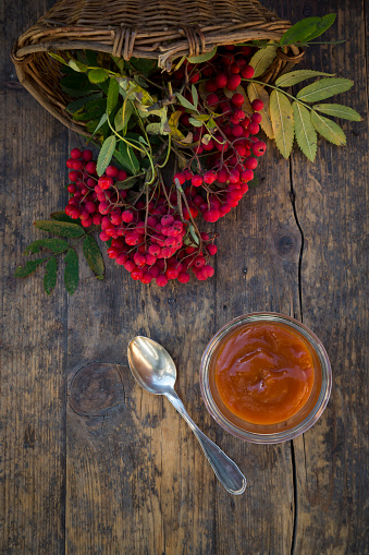 Rowanberry「Wickerbasket, rowanberries and glass of rowanberry jam on dark wood」:スマホ壁紙(7)