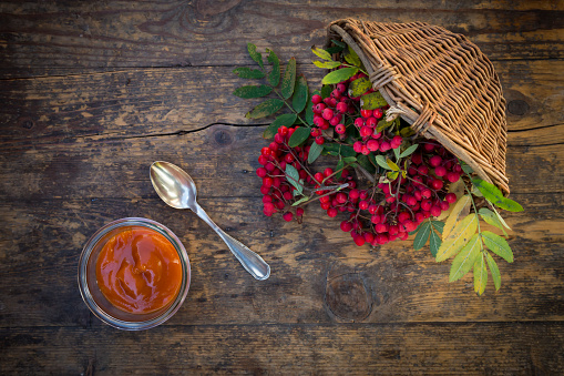 Rowanberry「Wickerbasket, rowanberries and glass of rowanberry jam on dark wood」:スマホ壁紙(2)
