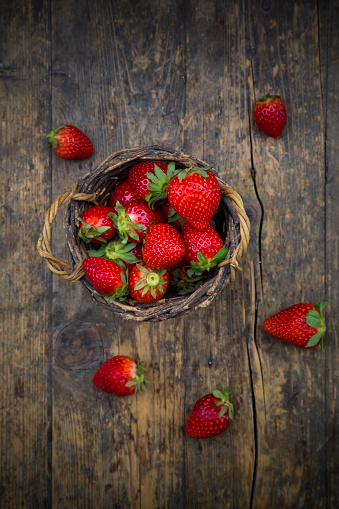Strawberry「Wickerbasket of strawberries on dark wood」:スマホ壁紙(10)