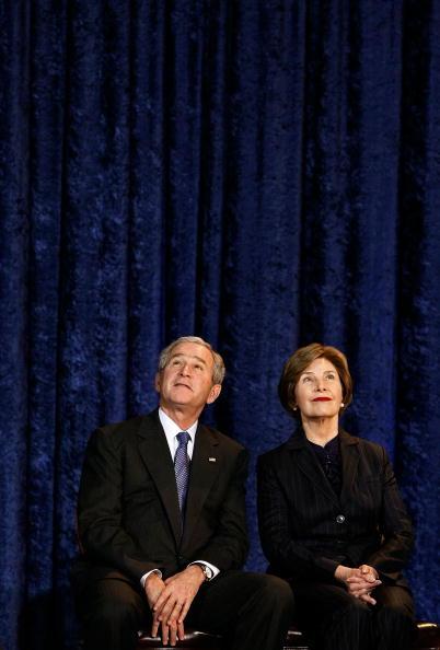 Copy Space「President And Mrs. Bush Unveil Their Official Portraits」:写真・画像(15)[壁紙.com]