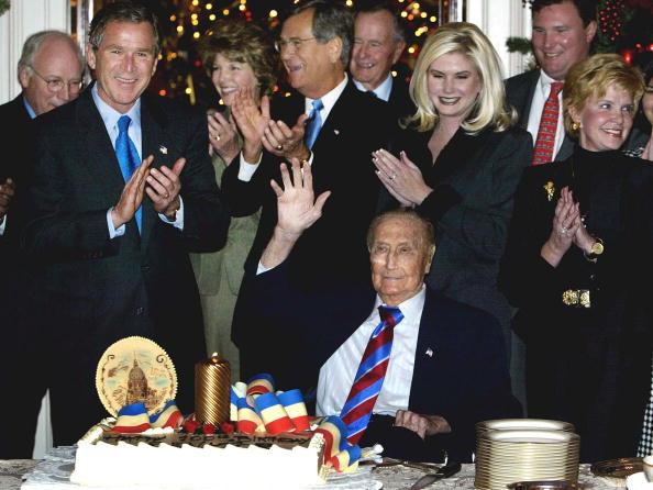 Hand「(FILE PHOTO)  100th Birthday Party For U.S. Senator Strom Thurmond (R-SC)」:写真・画像(1)[壁紙.com]