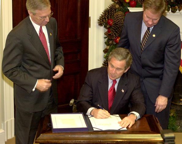 Stefan Zaklin「President Bush Signs E-Government Act」:写真・画像(19)[壁紙.com]