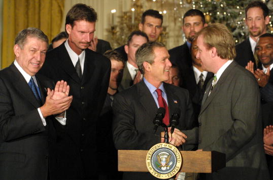 Pitcher Randy Johnson「The Arizona Diamondbacks Visits the White House」:写真・画像(0)[壁紙.com]