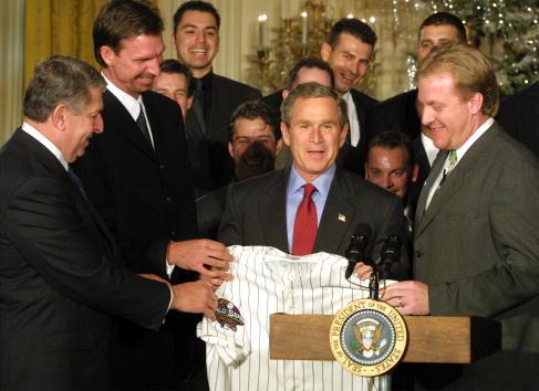 Pitcher Randy Johnson「The Arizona Diamondbacks Visits the White House」:写真・画像(2)[壁紙.com]