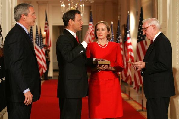 Human Arm「New Chief Justice John Roberts Is Sworn In」:写真・画像(4)[壁紙.com]