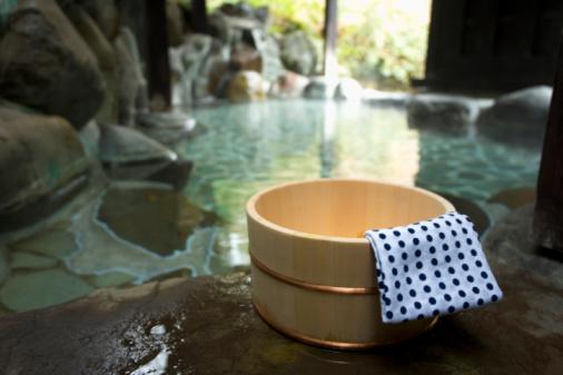 温泉「Towel on a wooden tub, hot spring, high angle view, close up, Japan」:スマホ壁紙(19)