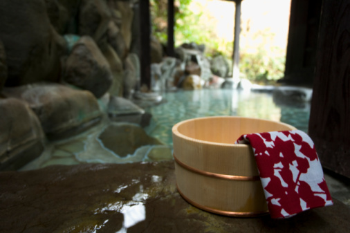 温泉「Towel on a wooden tub, hot spring, close up, Japan」:スマホ壁紙(8)