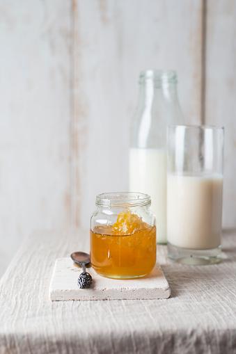 後ろボケ「Honey jar with honeycomb and milk」:スマホ壁紙(19)