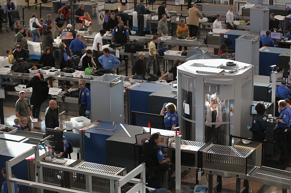 税関「TSA Screens Passengers At Denver International Airport」:写真・画像(7)[壁紙.com]