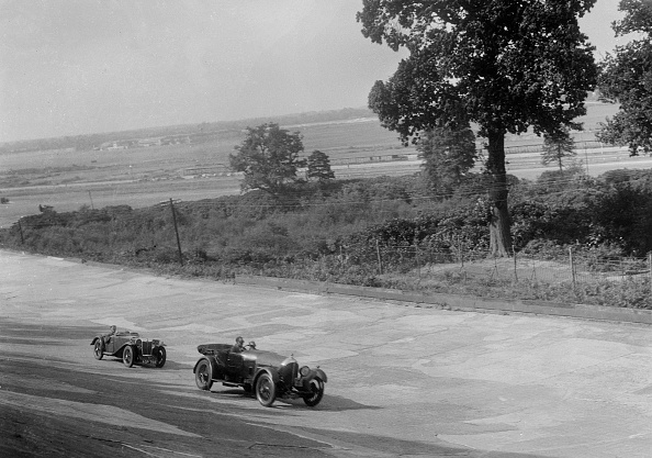 Sports Track「Bentley of FE Elgood and MG Magna of MB Watson racing at a MCC meeting, Brooklands, Surrey, 1933」:写真・画像(3)[壁紙.com]