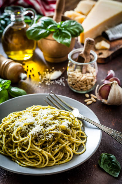 Pasta al pesto plate on dark kitchen table:スマホ壁紙(壁紙.com)
