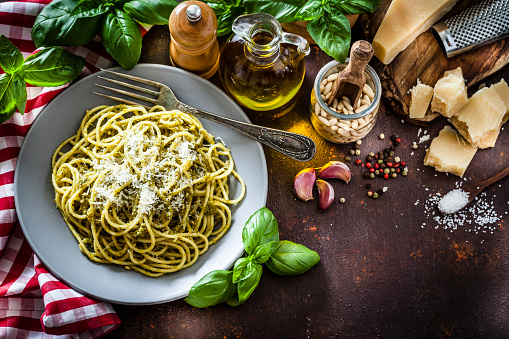 Pine Nut「Pasta al pesto plate on dark kitchen table」:スマホ壁紙(13)