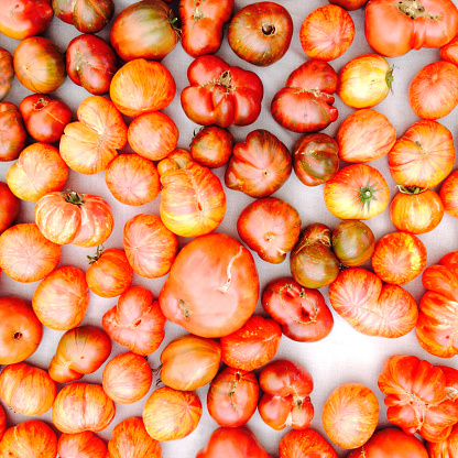 Square「Organic heirloom tomatoes at a farmer's market」:スマホ壁紙(6)